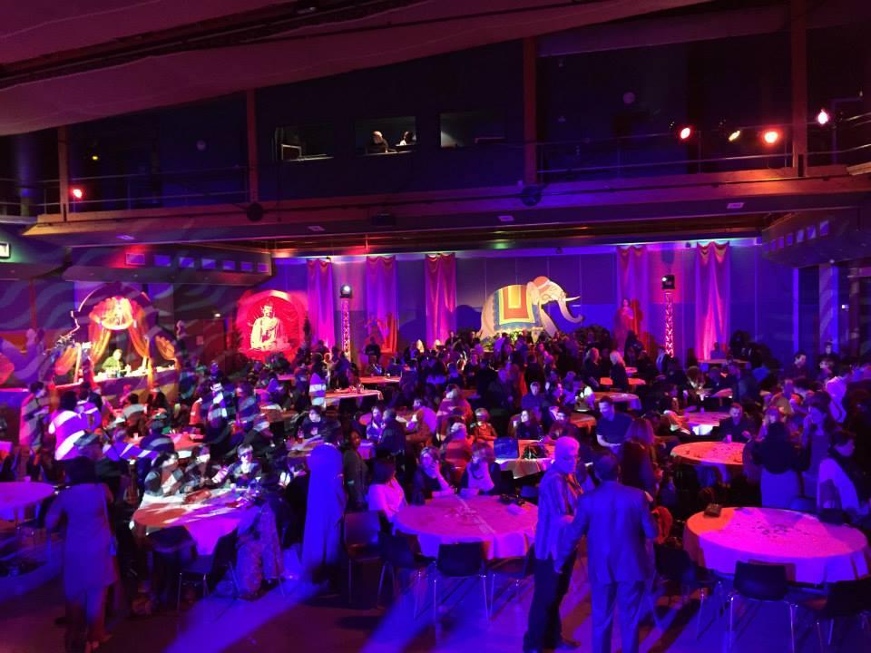 Salle pleine de la soirée thème Bollywood