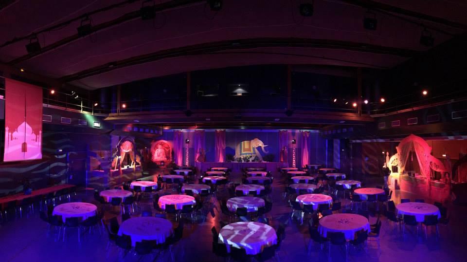 Salle vide de la soirée thème Bollywood