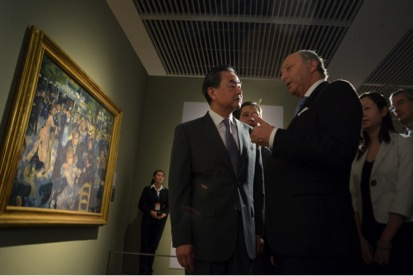 """Laurent Fabius et son homologue chinois Wang Yi à Shanghai en mai 2014 dans le cadre de l'exposition """"Maître de l'impressionisme : Claude Monet"""""""