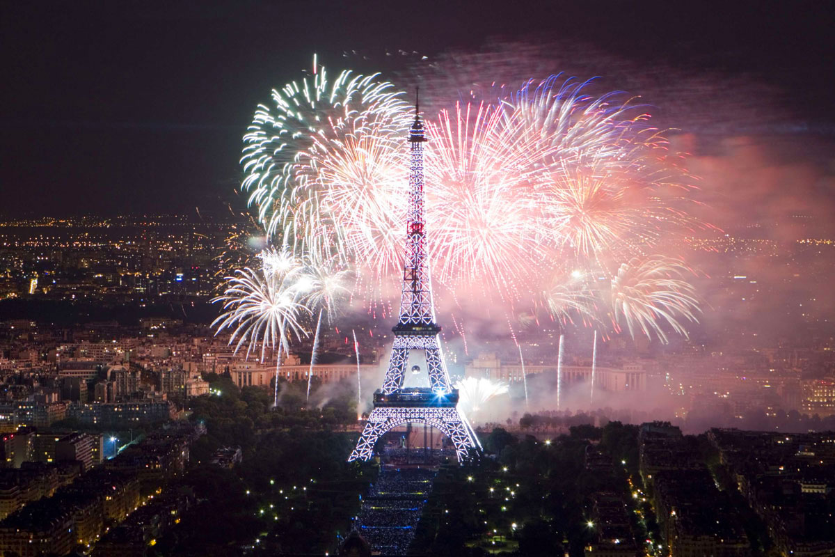 The Eiffel Tower is illuminated during the traditional Bastille Day fireworks display in Paris July 14, 2012. REUTERS/Gonzalo Fuentes (FRANCE - Tags: SOCIETY ANNIVERSARY CITYSPACE) ORG XMIT: GFM407