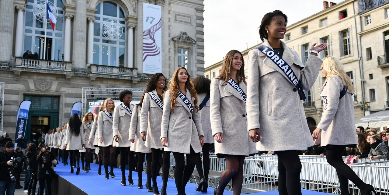 Miss France contestants parade during their official presentation in Montpellier, southern France, on December 3, 2016, ahead of the Miss France 2017 beauty pageant. / AFP PHOTO / PASCAL GUYOT
