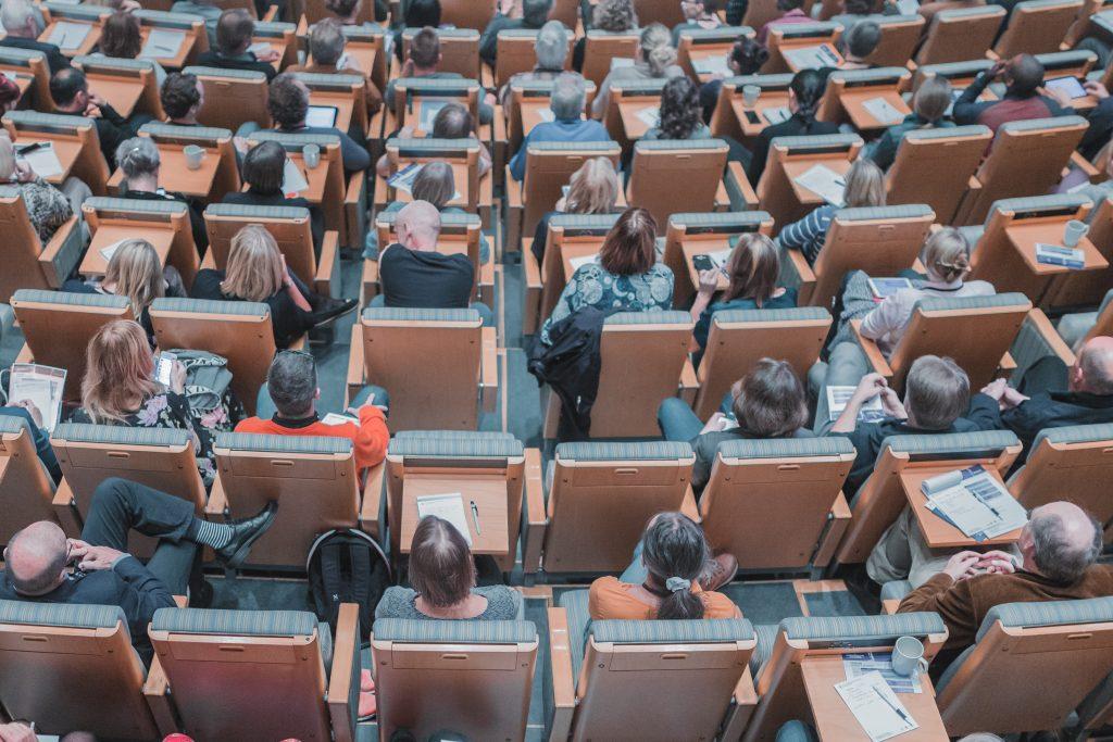 Engager le public lors d'un événement hybride